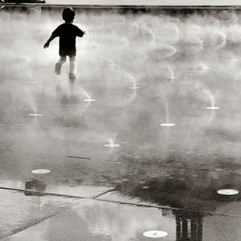 Miroir d'eau de Bordeaux, enfants et jets d'eau