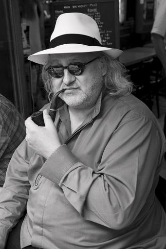 Portrait homme fume la pipe